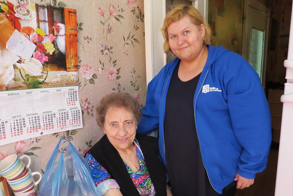 Татьяна Петрова с подопечной бабушкой из Тульской области