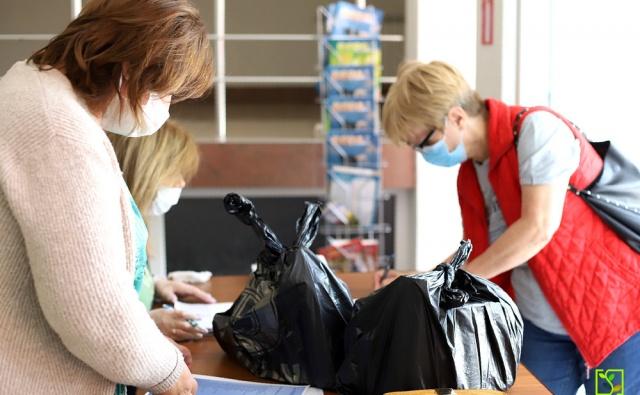 Сотрудники СОМХМ выдают наборы продуктов жителям Владикавказа