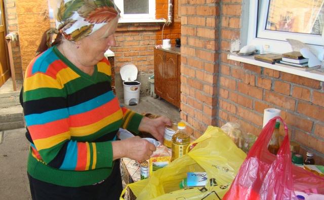 Пенсионерка из Владикавказа получила наборы продуктов и средств гигиены